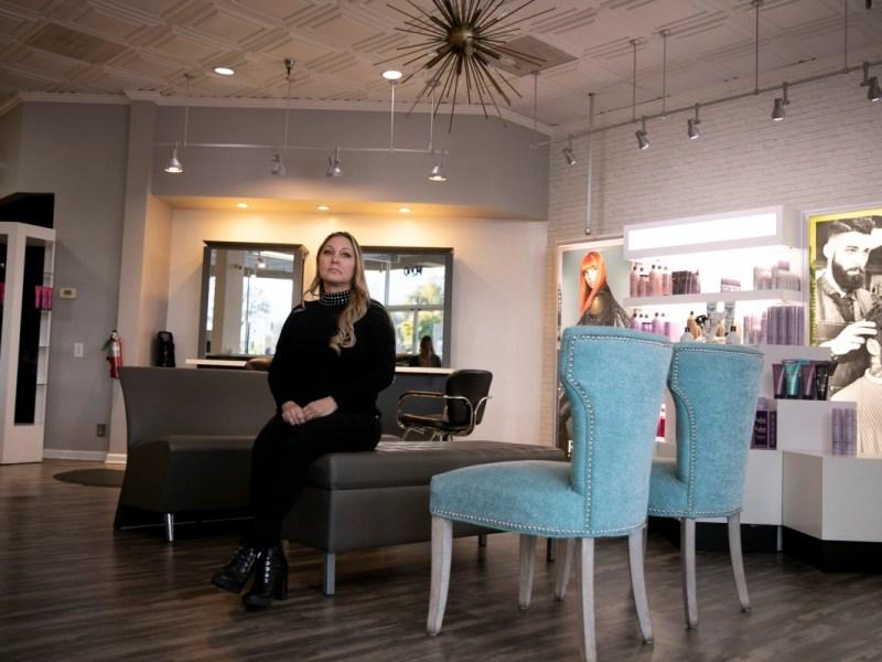 Denise Russell, propietaria de Special FX Salon & Day Spa en San José, fotografiada en el área de espera de su salón el 15 de enero de 2020. Russell, que ha estado en el negocio durante más de 30 años, dice que extraña a sus clientes y estilistas . Foto de Anne Wernikoff, CalMatters