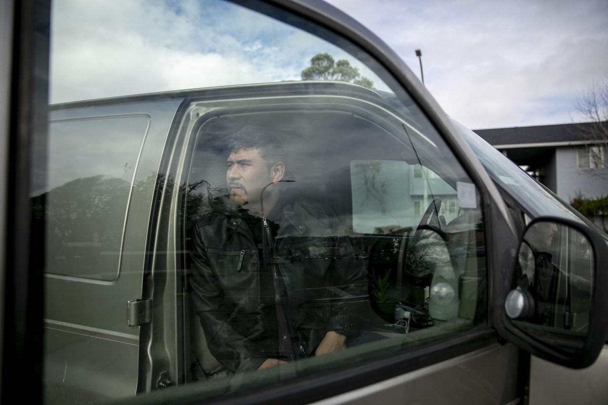 Guillermo Hernández, que usa su camioneta para sus negocios, perdió el trabajo cuando su licencia fue suspendida en 2013 por no pagar una multa. Demandó al DMV junto con varios otros residentes del Área de la Bahía y ganó. Foto de Anne Wernikoff, CalMatters