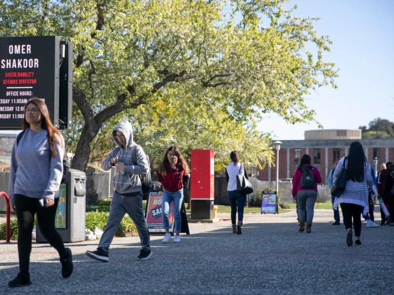 Los estudiantes de la Universidad Estatal de California pueden esperar al menos una cosa el próximo año escolar: el canciller Joseph Castro dice que no hay aumentos en la matrícula. Foto de Anne Wernikoff para CalMatters