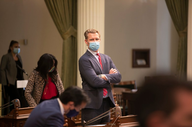 Assemblymember Chad Mayes wears a mask on the floor on the last day of the 2019-20 session, Aug. 31, 2020. Photo by Anne Wernikoff for CalMatters