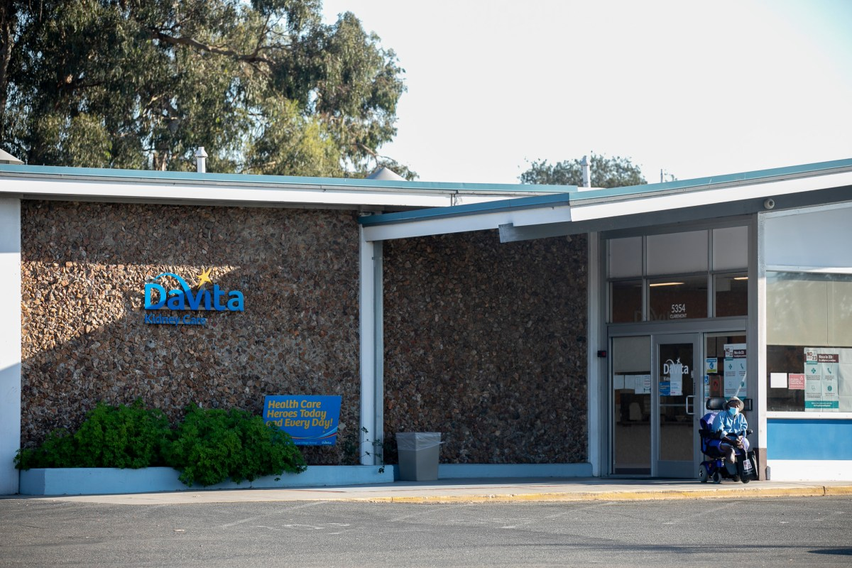 DaVita dialysis center in Oakland on Oct. 31, 2020. Photo by Anne Wernikoff for CalMatters