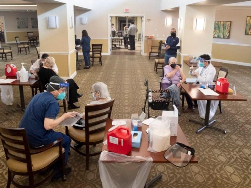 Los residentes reciben la vacuna Pfizer/BioNTech COVID-19 en la comunidad para personas mayores de Emerald Court en Anaheim el 8 de enero de 2021. Las vacunas COVID ahora estarán disponibles para cualquier persona de 65 años o más. Foto de Paul Bersebach, Registro del Condado de Orange / SCNG