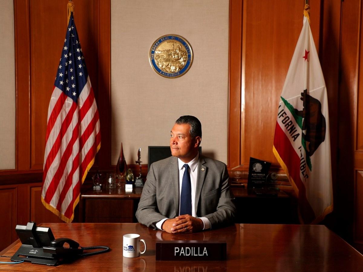 Alex Padilla fotografiado en su oficina de secretario de estado en julio. En una entrevista en la víspera de ser juramentado como el senador estadounidense más nuevo de California, habló sobre los desafíos que se avecinan. Foto de Aric Crabb, Bay Area News Group