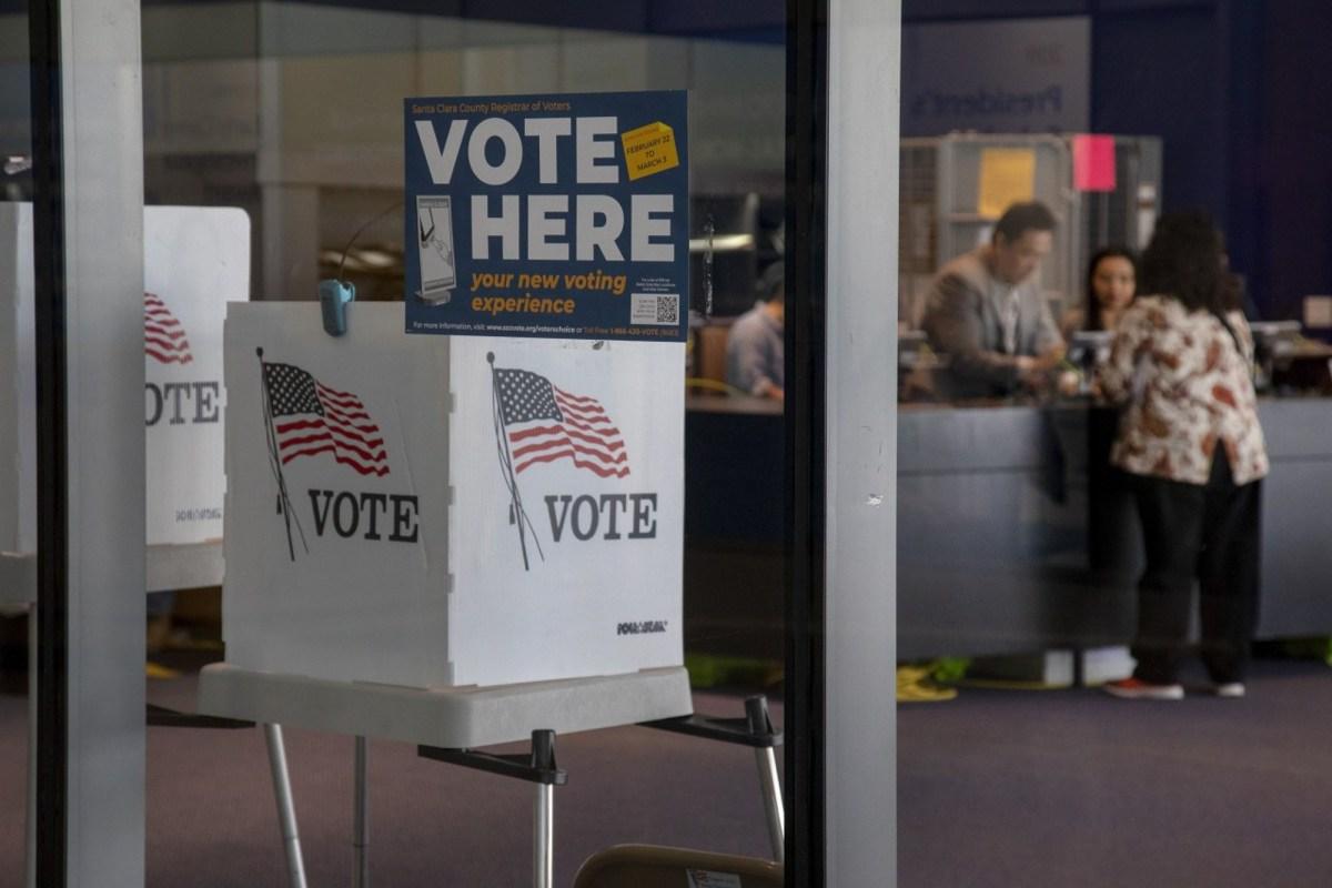 Los votantes emitieron sus boletas anticipadas, el sábado 29 de febrero de 2020, en el centro de votación dentro de la biblioteca Martin Luther King Jr. en San José, California. Foto de Karl Mondon, Bay Area News Group