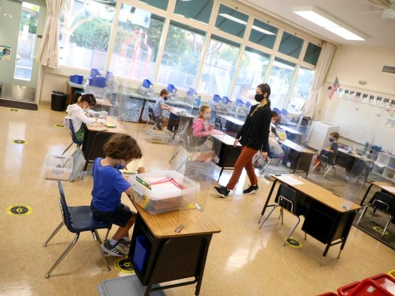 La maestra de jardín de infantes Jessica Clancey, centro, camina por su salón de clases en la escuela primaria Barron Park el lunes 19 de octubre de 2020 en Palo Alto. Foto de Aric Crabb, Bay Area News Group