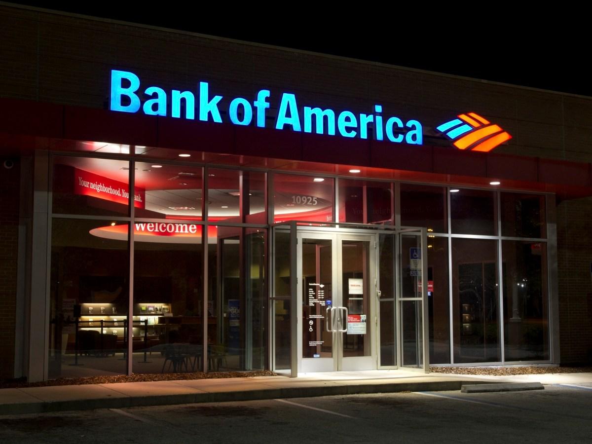 Bank of America está siendo demandado por no proporcionar suficientes protecciones para las tarjetas de débito de pago por desempleo después de que miles de personas en California fueron víctimas de fraude este año. Imagen a través de iStock