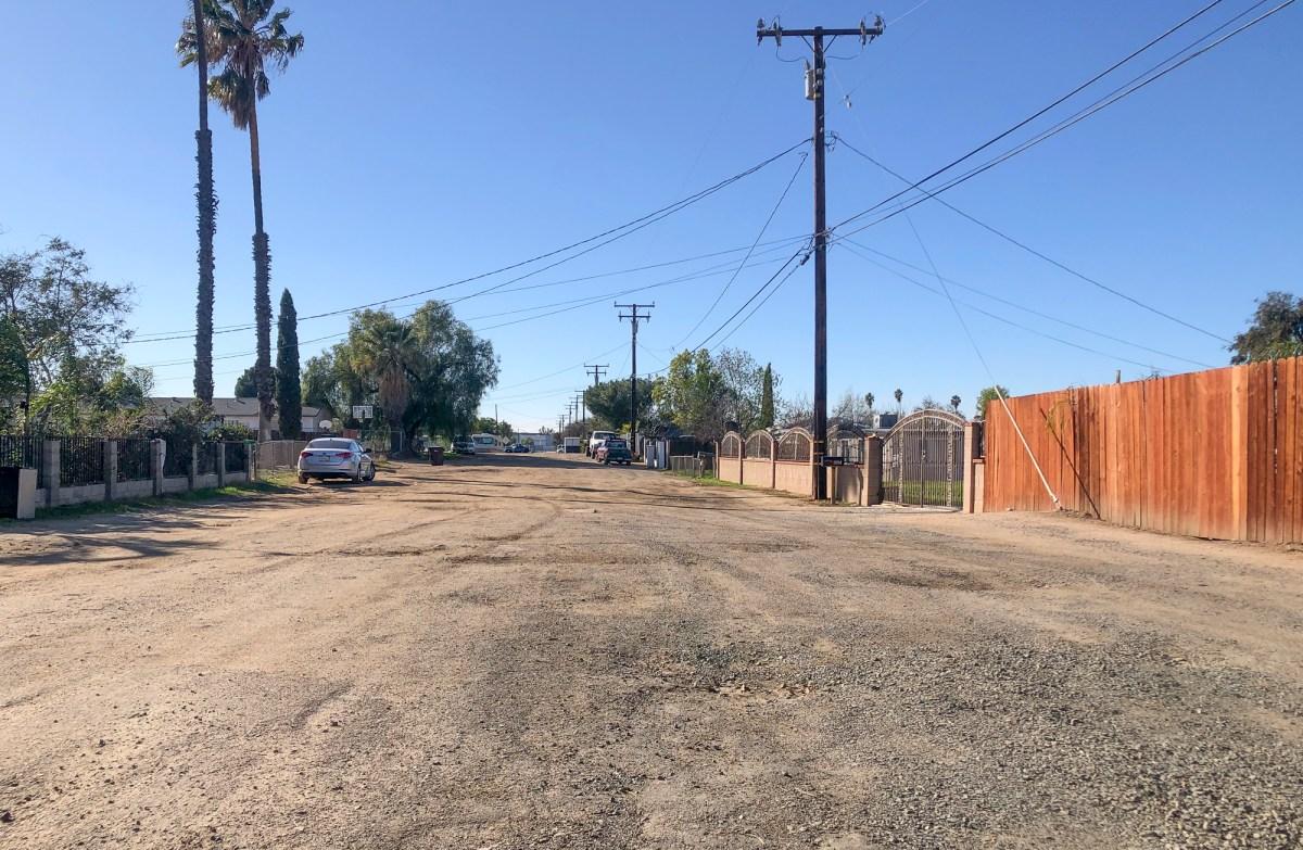 Carreteras sin pavimento en Moreno Valley en el condado de Riverside el 4 de febrero de 2021. Foto de Nigel Duara, CalMatters