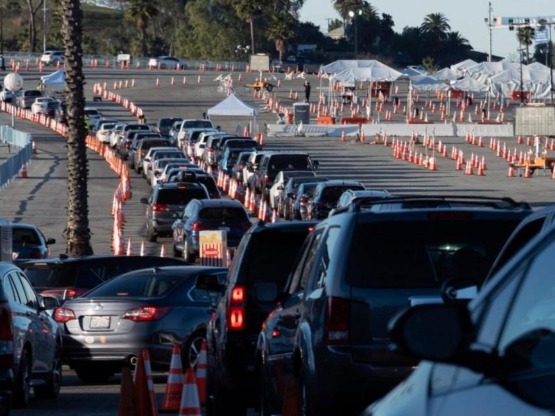Los residentes de Los Ángeles esperan en la fila en sus autos para recibir la vacuna covid-19 en el Dodger Stadium, el 26 de enero de 2021, en Los Ángeles. California está renovando su sistema de administración de vacunas para darle al estado más control sobre quién recibe las vacunas luego de las intensas críticas de un lanzamiento lento y disperso por parte de los condados. Foto de Richard Vogel, AP Foto