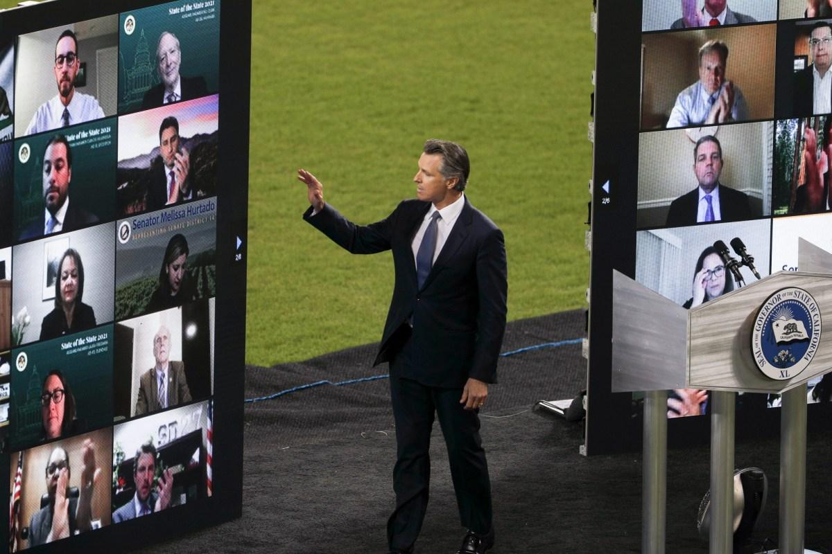 El gobernador Newsom saluda a los invitados virtuales durante el discurso sobre el Estado del Estado en el Dodger Stadium el 9 de marzo de 2021. Foto de Shae Hammond para CalMatters