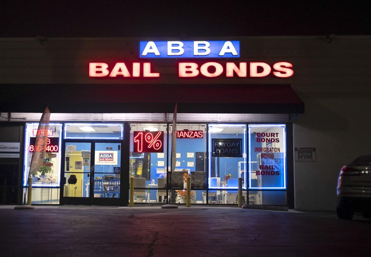 Abba Bail Bonds frente a la Instalación Correccional de Twin Towers en el centro de Los Ángeles el 21 de octubre de 2020. Después de que los votantes rechazaron recientemente la Prop. 25 que habría terminado con la fianza en efectivo, la Corte Supreme del Estado dictaminó que algunos acusados tienen derecho a un alivio. Foto de Tash Kimmell para CalMatters