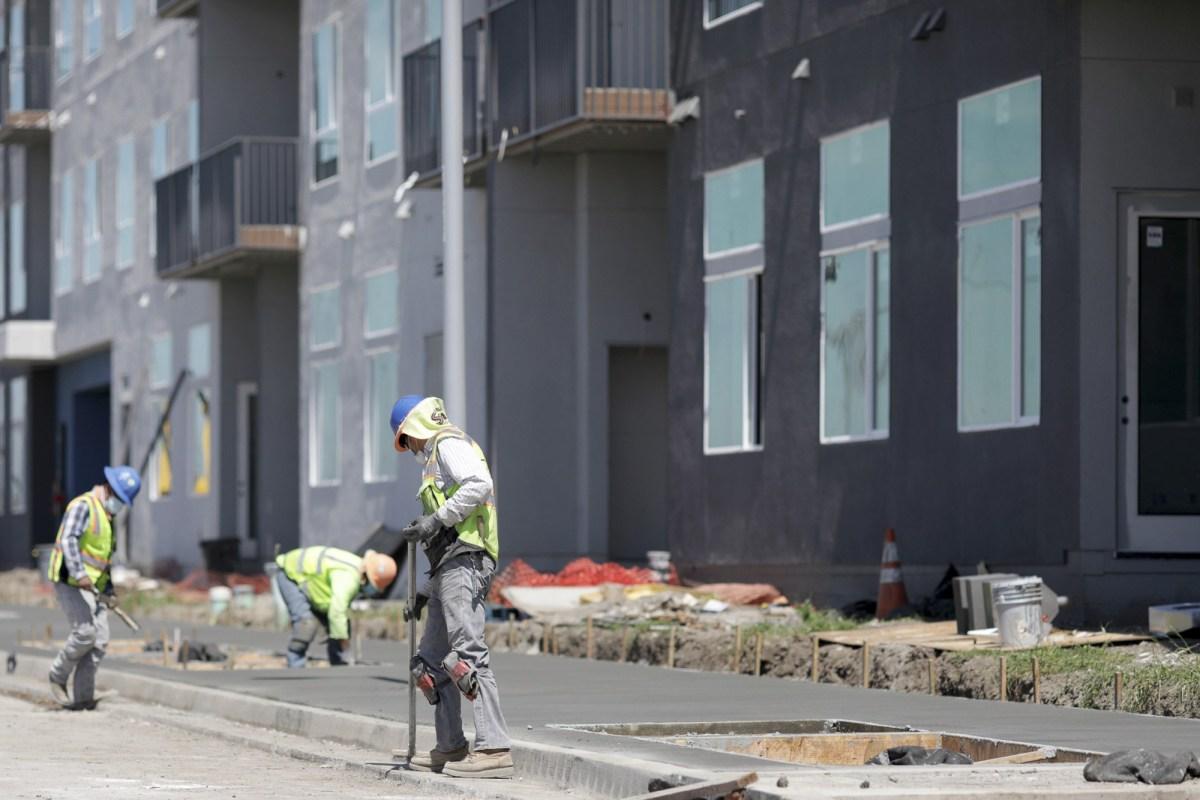 Un equipo de construcción trabaja en una comunidad de viviendas asequibles de uso mixto y orientada al tránsito de 290 unidades en Fremont el 22 de abril de 2020. Anda Chu/Bay Area News Group