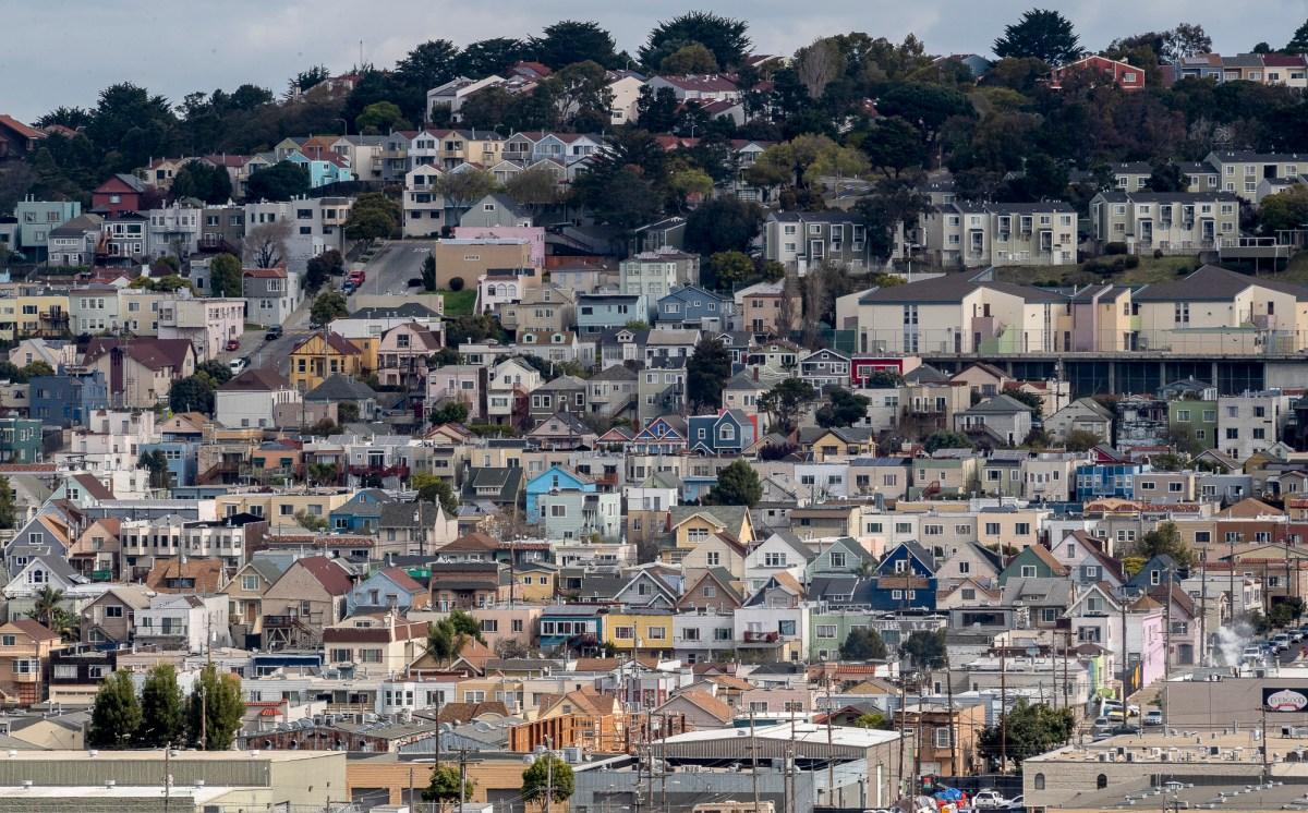 Un mar de casas son fotografiadas desde Bayview Park en San Francisco, el martes 9 de marzo de 2021. La ciudad vio disminuciones en los alquileres, lo que dejó a algunos propietarios con dificultades para hacer su hipoteca. Foto de David Rodrigues, The Salinas Californian