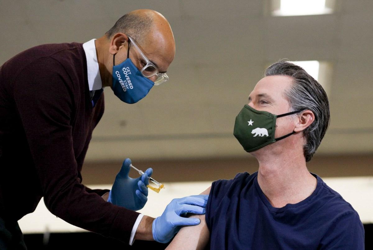 El gobernador Gavin Newsom recibe la vacuna Johnson & Johnson COVID-19 en Baldwin Hills Crenshaw Plaza en Los Ángeles el 1 de abril de 2021. Foto de Shae Hammond para CalMatters