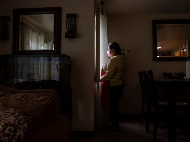 Blanca Esthela Trejo ha renunciado al tratamiento por el dolor persistente causado por el COVID-19 para pagar el alquiler del apartamento de su familia. Foto de David Rodríguez, The Salinas Californian