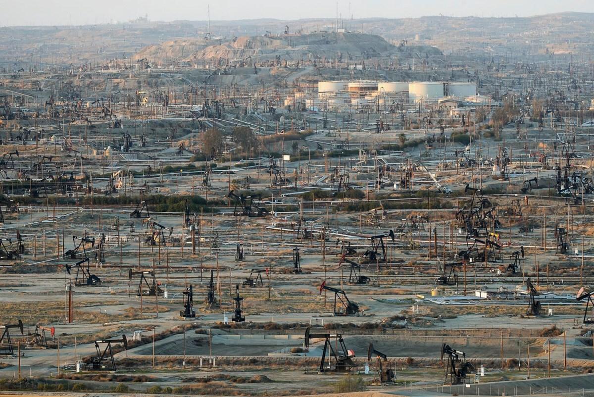 La infraestructura de Oildfield domina el paisaje en el campo petrolífero del río Kern densamente desarrollado a las afueras de Bakersfield el 20 de febrero de 2020. Foto de Jay Calderon, The Desert Sun