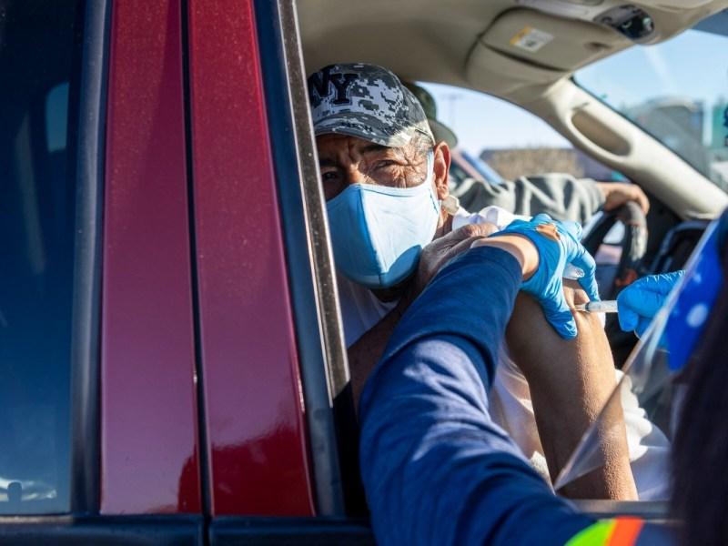 Rodolfo Reyes recibe una dosis de la vacuna Moderna COVID-19 durante una clínica de distribución específicamente para trabajadores agrícolas que tenían 65 años o más en el condado de Monterey el 25 de febrero de 2021. El sitio de vacunación fue organizado por la Clínica de Salud y el Grower Shipper Association. Foto de David Rodríguez, The Salinas Californian