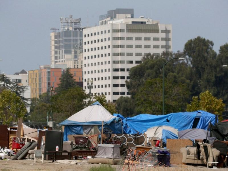 Un campamento a lo largo de East 12th Street y Lake Merritt Boulevard en Oakland el 15 de septiembre de 2020. El gobernador Newsom acaba de anunciar un paquete de $12 mil millones que amplía las respuestas a emergencias pandémicas para ayudar a acabar con la falta de vivienda. Foto de Jane Tyska, Bay Area News Group