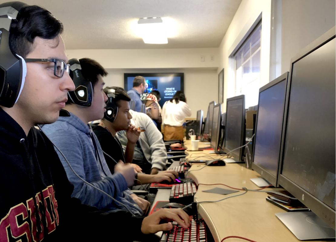 Los estudiantes juegan el videojuego League of Legends durante un bootcamp de esports organizado por Cal State Dominguez Hills el 29 de febrero de 2020. Foto cortesía de Ruben Caputo