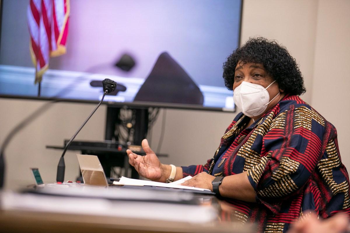 La Dra. Shirley Weber testifica durante su audiencia de confirmación como Secretaria de Estado el 26 de enero de 2021 en Sacramento. Foto de Anne Wernikoff, CalMatters