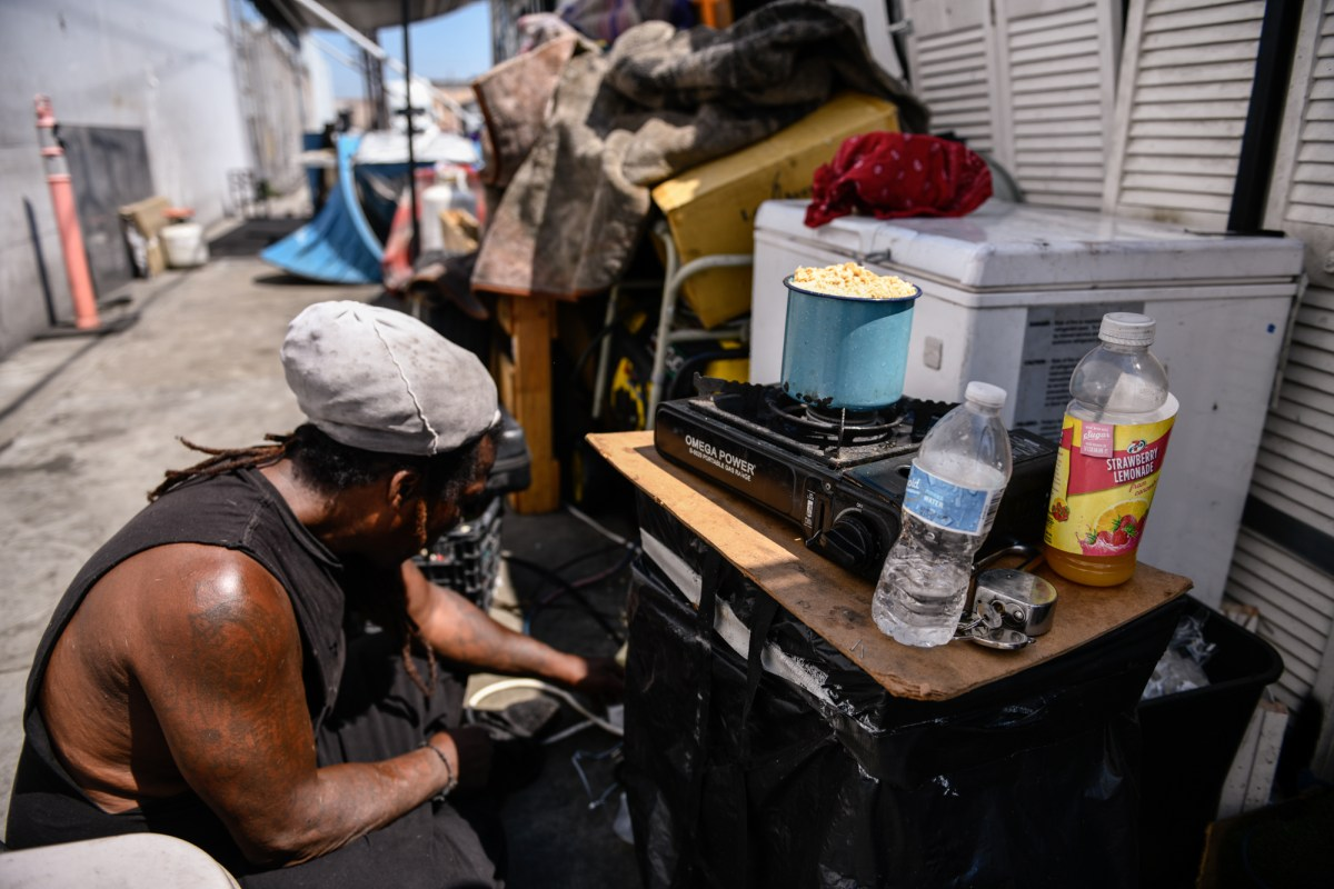 Rafael Suarez tries to restart the generator during a hot day in Los Angeles, on July 9, 2021. As part of their plans to reduce homelessness, Republican recall candidates are calling for a clean-up of the state. Photo by Pablo Unzueta for CalMatters
