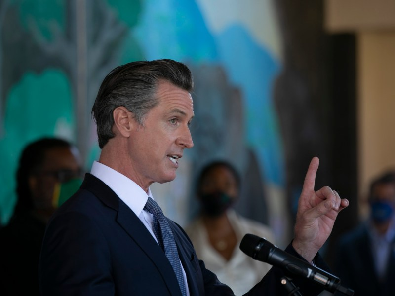 Gov. Gavin Newsom announces all school teachers and employees will be required to be vaccinated or undergo weekly COVID-19 testing at a press conference at Carl B. Munck school in Oakland on Aug. 11, 2021. Photo by Anne Wernikoff, CalMatters