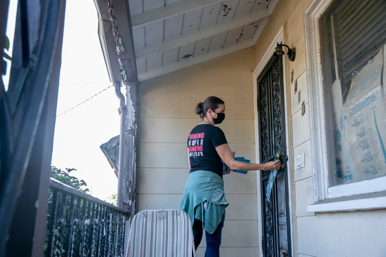 Jennifer Shanoski canvasses door-to-door in East Oakland urging residents to vote against recalling Gov. Newsom on July 27, 2021. Photo by Anne Wernikoff, CalMatters