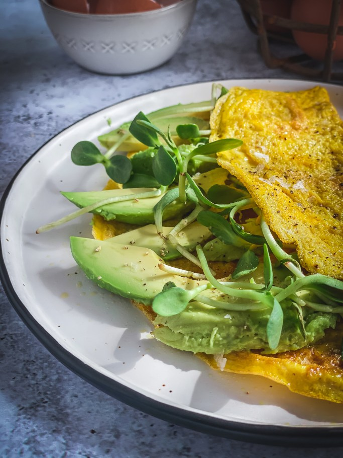 Omelette with avocado and greens