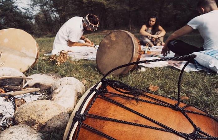 Personas y tambores de chamanes