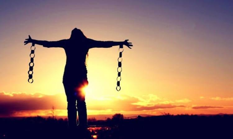 Mujer liberándose - Romper viejos acuerdos