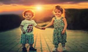 Niños tomados de la mano - Día de la Paz
