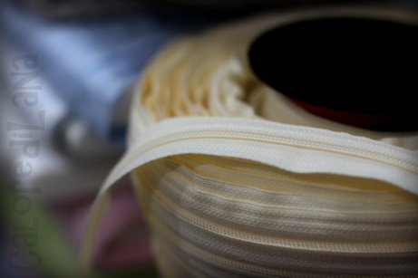 Chiusura lampo a metraggio - Cerniere a metraggio - Bianco, nero, beige. Acquista online su Calore di Lana www.caloredilana.com