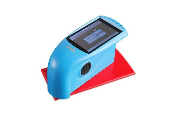 3nh HG60 Tri-Angle Gloss Meter measuring gloss on a colored tile