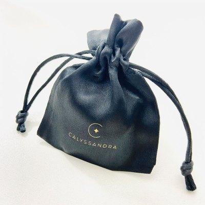 Pochette bijoux en satin noir Calyssandra