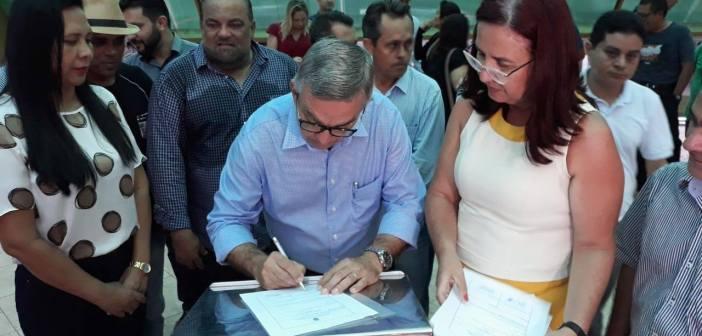 Vereadores participam de entrega de novos ônibus escolares para Castanhal através de emenda do Deputado Hélio Leite