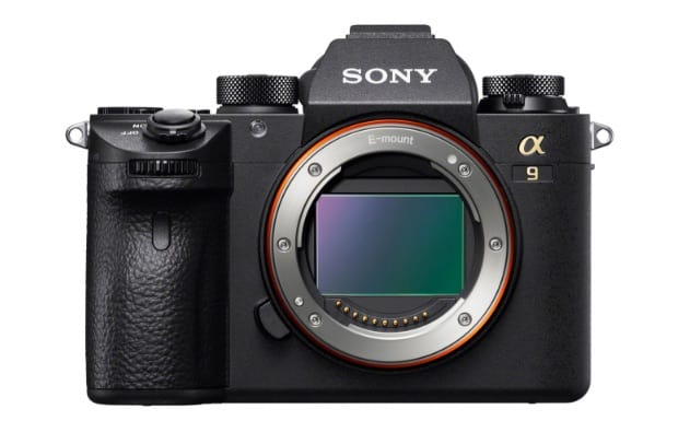 Sony acaba de lanzar su cámara más espectacular y cara aún, la de 24,2 megapíxeles Alpha A9. Equipado con el primer sensor CMOS apilable de fotograma completo, se trata de velocidad, no de resolución. El conteo de píxeles no es tan alto comparado con el Alpha 7R II de 42.4 megapíxeles, pero puede disparar hasta 241 imágenes RAW, full-frame a una velocidad de 20 fps, gracias a una velocidad de procesamiento 20 veces más rápida que los modelos anteriores. También tiene un autofoco de detección de fase de plano focal de 693 puntos de densidad alta que puede realizar 60 cálculos de seguimiento AF / AE por segundo