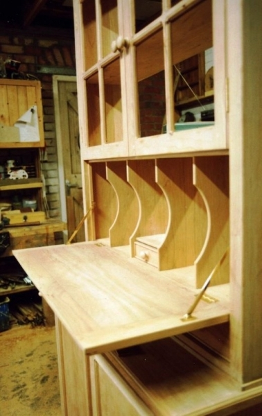 Incorporated writing desk in cherry