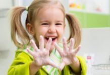 ellerini gösteren kız