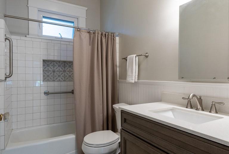 722 Walnut St, bathroom