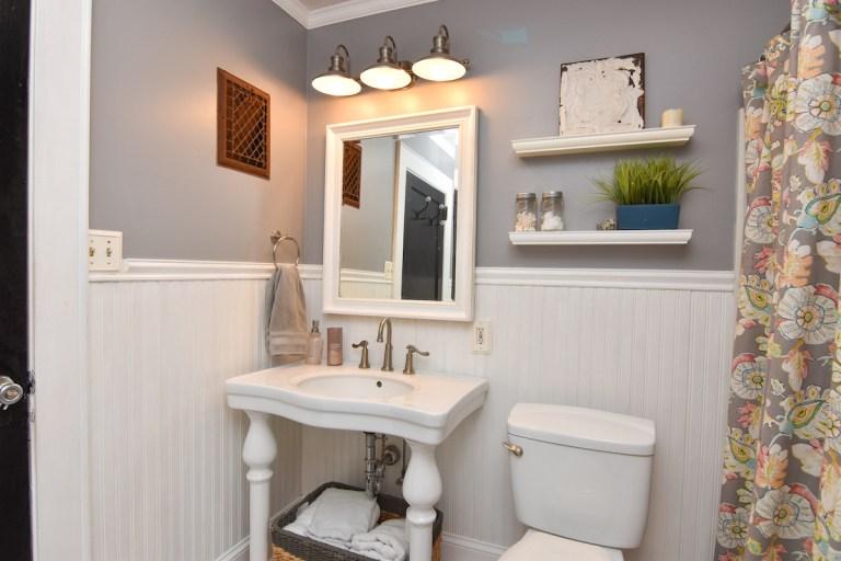 621 Granville St, West Salem, bathroom
