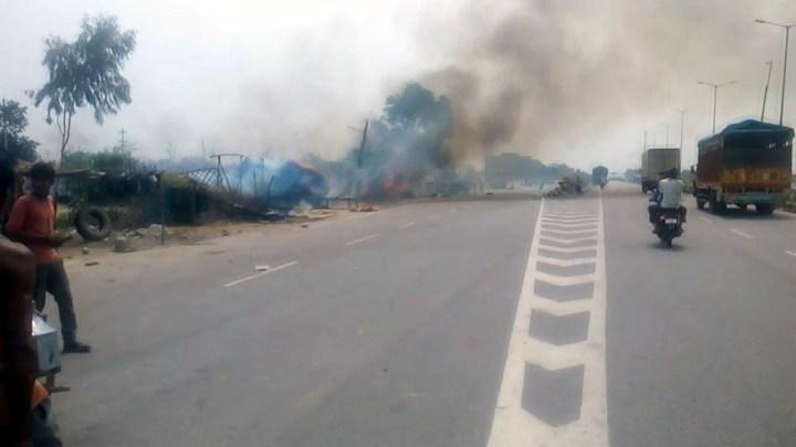 कानपुर हाईवे किनारे बनी 6 दुकानें आग की चपेट में आई