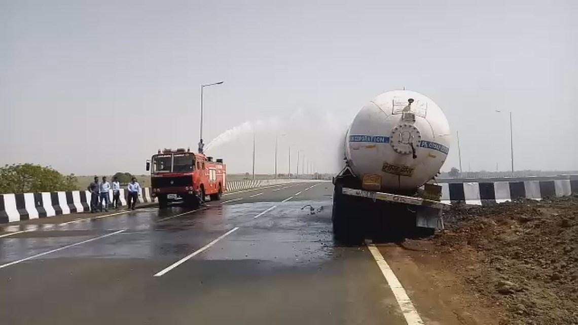 पुल पर टकराया टैंकर, कई घंटे होता रहा एलपीजी गैस का रिसाव