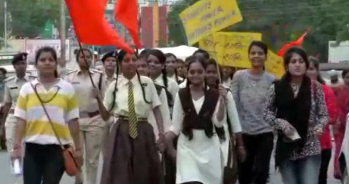 धार के विद्यार्थियों ने मंदसौर रेप केस का रैली निकालर विरोध किया