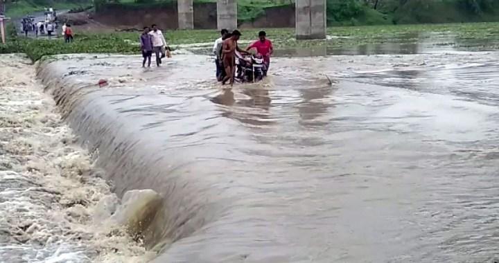 रायसेन जिले में पुल के उपर से बह रही पगनेश्वर बेतवा नदी