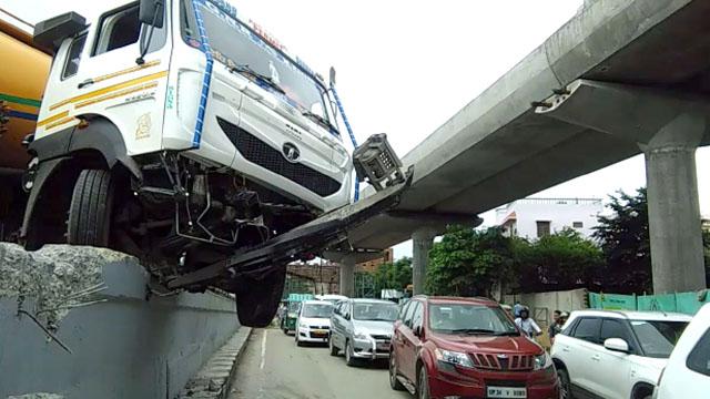 लखनऊ में पुल की दीवार से टकराया CNG टैंकर