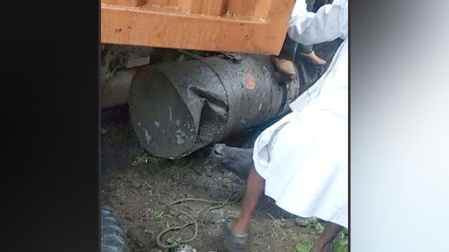 अनियंत्रित कंटेनर ने गाय और बछड़े को कुचला