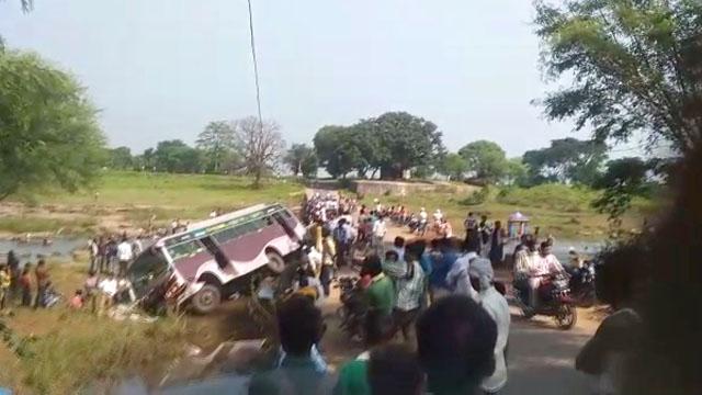 दमोह: दो दर्जन यात्रियों से भरी बस पुल से नीचे उतरी