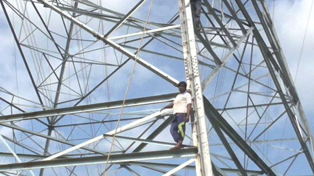 रामनगर में टाॅवर पर चढ़ें तीन किसान, प्रशासन ने नहीं ली सुध