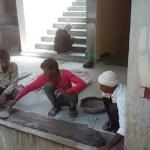 यूपी मुख्यमंत्री के कार्यक्रम की तैयारी में बालक कर रहे काम