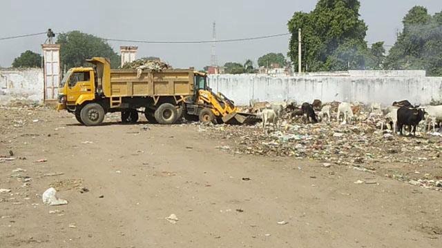 भिण्ड में कैमरा24 की खबर का असर, डम्प किए गए कचरे को नपा ने किया साफ