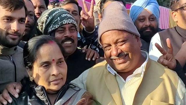 हरिद्वार महापौर पद पर जीत के बाद पत्नी के सामने गया देशभक्ति गाना